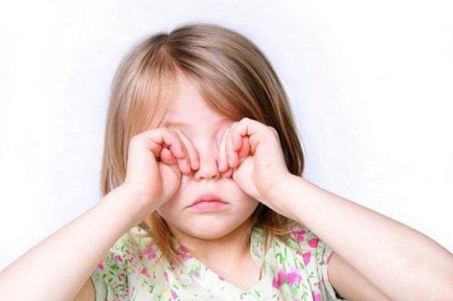 девочка не может открыть глаза