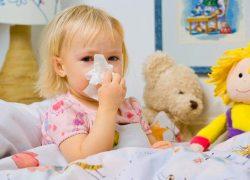"""Насморк – распространенная """"детская"""" болезнь. В чем заключается лечение ринита у детей народными средствами? Какие методы и подходы к терапии в домашних условиях существуют для новорожденных, для детей от года? Как и чем быстро вылечить острый инфекционный насморк?"""